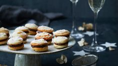 Festlige kransekage-macarons med blød nougatcreme | Femina