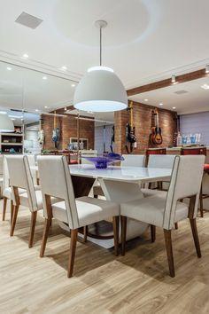 Arquitetura de Interiores   Porto Alegre - Greice Albuquerque Arquitetura - sala de jantar, dining room, pendente, mesa branca, piso vinílico, gesso, som ambiente, tijolo, tijolinhos, plaquetas, pendente bossa, lumini, gobbi novelle, espelho, guitaraa, violão na parede, porto alegre