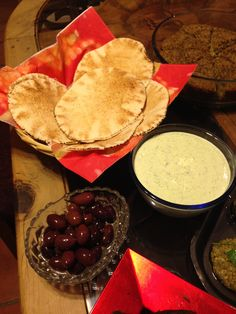 Comida árabe. Aceitunas negras, pan árabe y jocoque preparado