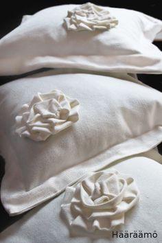 Ohje: Koristetyyny ruusukkeella http://www.haaraamo.fi