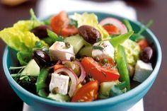 Nejdříve nakrájíme sýr na kostičky, okurku nastrouháme nahrubo, rajčata nakrájíme na čtvrtky a papriku na nudličky. Zeleninu v míse smícháme, přidáme olivy a salát zakapeme citronovou šťávou a olivovým olejem. Podle chuti přisolíme a ihned podáváme. Pozor! Salát solíme jen minimálně, protože sýr feta je podobně jako balkánský sýr slaný. Tento řecký sýr vyrábí z kozího nebo ovčího mléka. V porovnání s balkánským sýrem má jemnější strukturu. Feta Salat, Going Vegetarian, Lunch Snacks, Eat Smarter, Caprese Salad, Green Beans, Potato Salad, Healthy Lifestyle, Food And Drink