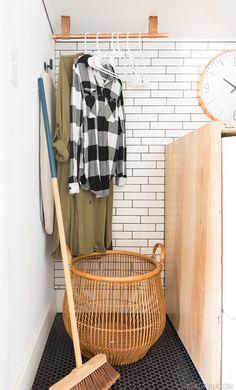 DIYでリノベーションしたサブウェイタイル貼りのランドリールーム 上部収納下の左サイドには衣類用の吊り下げハンガーラック