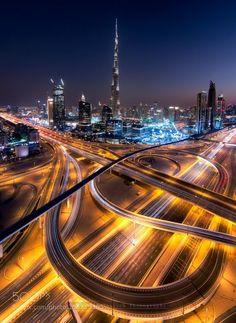 """""""Ciudad del Futuro III"""" por Sebastian Tontsch .....  Dubai es la ciudad más poblada de los Emiratos Árabes Unidos. Se encuentra en la costa sureste del Golfo Pérsico y es uno de los siete emiratos que conforman el país. Abu Dhabi y Dubai son los únicos dos emiratos para tener poder de veto sobre los asuntos críticos de importancia nacional en la legislatura del país. La ciudad de Dubai está situado en la costa norte del emirato y dirige el Dubai-Sharjah-Ajma"""