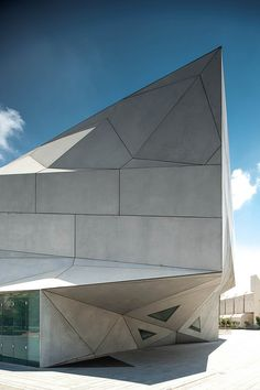 Museo de Arte en Tel Aviv / Preston Scott Cohen - by Michaël Jacobs Futuristic Architecture, Facade Architecture, Beautiful Architecture, Beautiful Buildings, Contemporary Architecture, Unusual Buildings, Renzo Piano, Norman Foster, Brutalist