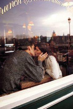 VIVIR EN EL FILO: Bares, besos y estrategias