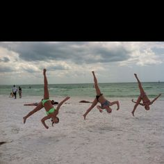I thougt the girl on the left had three legs hahahaha Beach Gymnastics, Gymnastics Tricks, Amazing Gymnastics, Cheer Flyer, Cheer Quotes, Cheer Dance, Cool Poses, Ballet, Acro