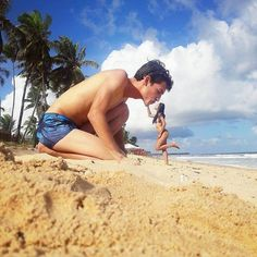 Best Forced Perspective Photos from 2013 Illusion Photography, Beach Photography, Creative Photography, Portrait Photography, Photography Ideas, Honeymoon Photography, Pinterest Photography, Forced Perspective Photography, Perspective Photos
