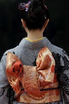 Detalhe dorsal de kimono feminino.  Fotografia: ebony.