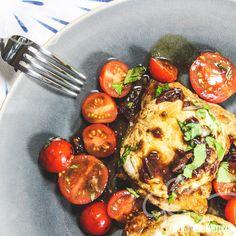 Ihr mögt den Geschmack von Tomaten, Mozzarella und Hähnchen? Warum also nicht einfach Caprese-Salat mit Hähnchen kombinieren? Mozzarella, frischer Basilikum, süße Kirschtomaten und Balsamico verleihen dem Fleisch einen extrem leckeren Geschmack. Alles aus einer Pfanne!Ein tolles Low-Carb Rezept für jeden Tag.      Pollo Fino nennt man die Hähnchenoberkeule ohne Knochen. Das …