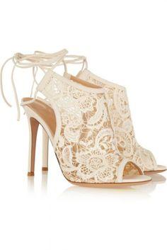 9967b3b1 20 Increíbles zapatos de novia que parecen salidos de un cuento de hadas.  Botines De EncajeBotines ...