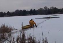 Un homme nage dans un lac semi-gelé pour sauver un chien pris au piège
