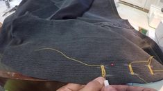 Hoe om 'n knoopsgat oop te maak met 'n lostrekmessie. How to open a button hole with an unpicker. Button Hole, Upcycle, Buttons, Denim, Fashion, Moda, Upcycling, Fashion Styles, Repurpose