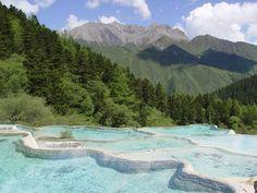 ユーラシア旅行社の九寨溝・黄龍ツアーでは、世界遺産・黄龍入口近くのホテルに宿泊してゆったりハイキング。