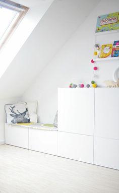 Den Kinderzimmer Schrank als kuschelige Sitzbank nutzen
