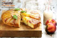 La torta rovesciata alle pesche è una torta morbida che prende spunto dalla tarte tatin alle mele anche se risulta essere molto più simile alla torta allananas.