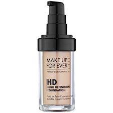Base HD Invisible Cover Foundation A base é o início de toda a nossa maquiagem, por isso é tão importante já começar com o pé direito e preparar a pele para fica linda. Esta base da Make Up Forever é praticamente invisível, deixando a pele lisinha, mas sem parecer que está maquiada. Não é o máximo?