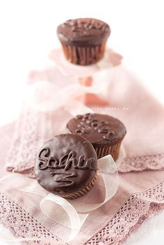 I Sacher cupcake sono la versione monoporzione di una delle torte austriache più famosa al mondo. Un morbido cupcake al cioccolato fondente con un cuore di confettura di albicocche.