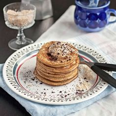 Pannkaka på nytt sätt. Den här plättarna är gjorda på banan och ägg och toppade med jordnötssmör.