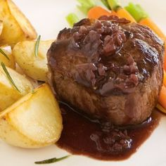Serve this tasty red wine sauce with roast meat. Sauce Recipes, Wine Recipes, Beef Recipes, Cooking Recipes, Recipies, Easy Recipes, Carne Asada, Red Wine Jus Recipe, Roasted Meat