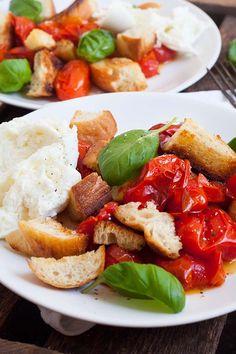 Der sommerliche Brotsalat mit gerösteten Tomaten und Mozzarella ist die perfekte Mischung aus knusprig, würzig und cremig. Schnell, einfach und unglaublich gut - kochkarussell.com
