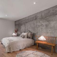 Que tal uma parede de concreto no quarto? Adorei a ideia de usar o banco como cabeceira!  #inspiração #decor #quartodossonhos