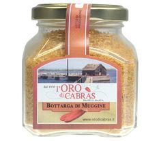 Bottarga di Muggine macinata  Bottarga di Muggine, der sardische Name für getrockneten Fischrogen. Roh sind die Fischeiersäcke noch völlig ungenießbar. Der Rogen wird samt Dottersack gepresst und gesalzen. Nach ein paar Stunden im Salz schmeckt der Bottarga nur nach frischem Fisch.  Der Bottarga ist wild, sehr würzig, von fast rauchigem Geschmack. Geriebener Bottarga ist ein kulinarischer Glanzpunkt für Pasta oder auch - mit Butter vermischt - als Antipasto auf Pane Carasau .