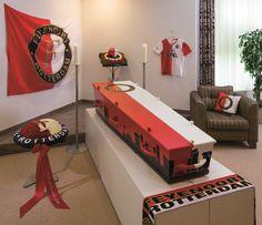 Voor de voetbalfan van Feyenoord | Vind meer inspiratie over grafmonumenten voor de begrafenis en de crematie op http://www.rememberme.nl/urnen-grafkisten-grafmonumenten/