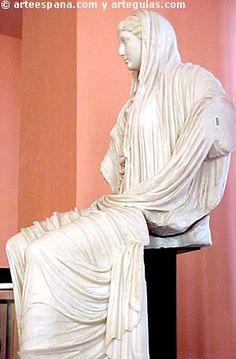 Desde tiempos del emperador Adriano, se empiezan a tallar los ojos. En la escultura femenina, Faustina aparece peinada con raya al medio en el que el pelo cae formando ondas muy suaves y se recoge en la nuca o sobre la cabeza formando un moño.