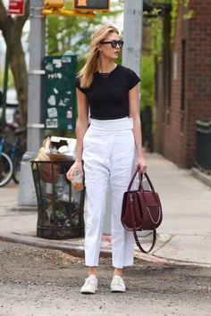 Women Jeans Outfit Cigarette Pants Cord Trousers Red Skinny Jeans Boys Linen Trousers Heated Trousers Jeans And Heels Outfit Cord Trousers, Linen Trousers, Jean Outfits, Casual Outfits, Elegante Y Chic, Stil Inspiration, Red Skinny Jeans, Sneakers Street Style, Girl Fashion