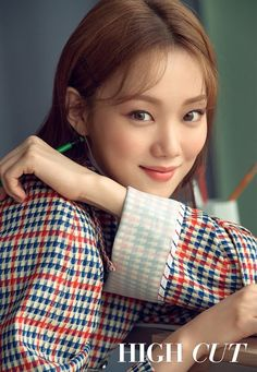 Lee Sung-Kyung took the cover magazine shy, bright appearance, like spring flowers. Actor Lee Sung - kyung released a pictorial picture of small daily life through star style magazine Lee Sung Kyung Photoshoot, Lee Sung Kyung Fashion, Nam Joo Hyuk Lee Sung Kyung, Sung Hyun, Lee Sung Kyung Hair, Korean Actresses, Korean Actors, Korean Idols, Korean Dramas