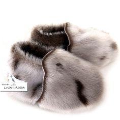 Baby Sko Sæl Natur Petit Nord - Sko - Noah Beds Må eje sådan et par Inuit Clothing, Skin Craft, Boogie Shoes, Leather Baby Shoes, Baby Slippers, Kids Fashion Boy, Baby Feet, Toddler Shoes, Kid Styles