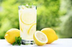 Envie d'éliminer illico-presto les petits kilos tout en vous revitalisant en même temps ? Qu'une solution : le citron ! Un verre d'eau citronnée le matin...