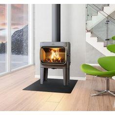 De #Jotul F 305 LL staat op hoge poten en heeft een klassieke uitstraling. Door de horizontale ligging van de verbrandingskamer is het mogelijk om met de Jotul F 305 LL grote houtblokken te gebruiken, daarnaast is door de grote glasruit een optimaal zicht op het houtvuur. Bediening van de Jotul F 305 LL is gemakkelijk gemaakt door de intuïtieve bedieningsknopen, hierdoor past u het haardvuur aan op uw eigen wensen. #Houthaard #Fireplace #Fireplaces