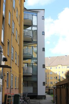 AAB afd. 11, Frederiksberg. Renovering og ombygning af Pålsson Arkitekter. Badetårne på gårdsiden med altaner.