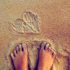 Les pieds dans le sable chaud