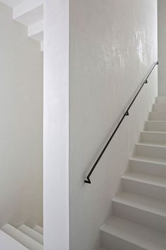 White staircase by Baumschlager Eberle. With steel handrail Black Stairs, White Staircase, Modern Staircase, Staircase Design, Staircase Ideas, Railing Design, Steel Railing, Basement Stairs, House Stairs