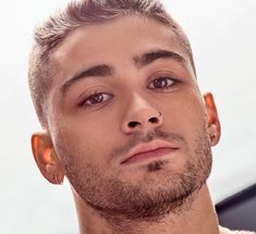 Zayn Malik, formerly of One Direction, has always enjoyed experimenting with fashion as well as hair. You may not want to copy his red carpet turtlenecks (though maybe you do) but his hairstyles are definitely Zachary Gordon, Liam Payne, Zayn Malik Style, Zayn Malik Photos, Harry Styles, John Stamos, Rebecca Ferguson, Nicole Scherzinger, Alexander Skarsgard
