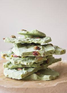 This simple dessert is not only light, sugar free and utterly delicious, it will also give you a serious antioxidant boost: Matcha Pistachio Yoghurt Bark.