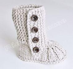 Petits chaussons de bébé tricotés à la main, en forme de bottes, avec boutons en bois. Orignal et élégant. Ils protègent non seulement les petits petons, mais aussi les peti - 5536287