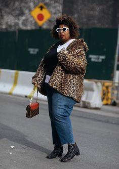 Como usar ankle boot na temporada outono/inverno: guia completo. Casaco de pele fake animal print, sobreposição, cropped de um ombro só sobre t-shirt branca, calça jeans com barra desfiada, bota