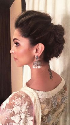 Elegant indian wedding bun hairstyles with flowers – new-self Indian Wedding Hairstyles, Simple Wedding Hairstyles, Easy Hairstyles, Girl Hairstyles, Deepika Hairstyles, Hairstyles For Lehenga, Casual Hairstyles, Bridal Bun Hairstyle, Hairstyles Videos