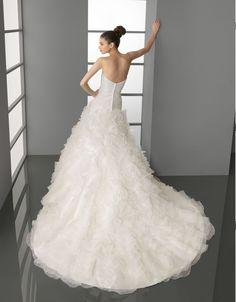 PODER - Vestido de garza con adorno de pedrería en color natural.