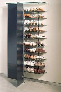 elegantes Schuh-Wandregal mit Glastüren