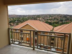 3 Bed Townhouse in Winchester Hills, unit 68 376 on devereaux, unit 68 devereaux, Entering the unit, you are greeted by the open plan lounge and modern kitchen with granite counter t Private Property, Property For Sale, Winchester, Built In Cupboards, New Homeowner, Granite Counters, Open Plan, Home Buying, Townhouse