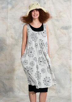 "Dress ""Sun"" made of eco-cotton 72710_72710-13.tif Dress ""Sun"" made of 100% eco-cotton Welcome the sun in this glamorous tricot dress with the magical print ""Sun"". A slightly longer, wide-swinging model with decorative stitched front pleats. Practical side pockets. Regular fit, around the hip generous. Length / M 105cm Item number 72710 Price: 64.- €"
