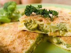 Esta receta de tortilla de brócoli y queso es muy sencilla y se puede preparar con otras verduras como coliflor o judías verdes.
