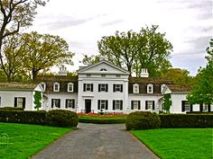David Adler designed this neo Greek revival in Lake Forest, Illinois American Style House, Wayne Homes, Huge Houses, Traditional Style Homes, Revival Architecture, Grand Homes, Lake Forest, Town And Country, Classic House