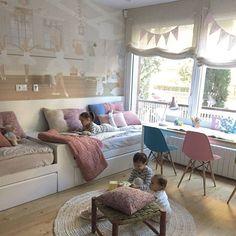 Esta es la súper habitación de la que os hablaba esta mañana de la revista @el_mueble, me encantan su pared empapelada de @littlehandswallpaper que ya he publicado en un par de ocasiones y sus  camas seguidas para aprovechar mejor el espacio. Detalles de cojines de Filocolore. Estilismo @olgagilvernet @mireiacasadevall. Sacos nórdicos @monpetitnicolas #interiorismo #decoracioninfantil #decoracion #habitacionesinfantiles #deco #habitacionjuvenil #kidsroom #kids #nursery #babyroom #babyrooms…