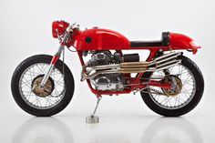 This thing oozes style. Jan Sallings' beautiful red Honda 350 cafe racer.