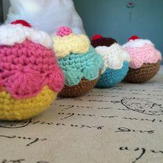 Divertidas Pelotitas de Cupcake a Crochet.  Tejidas a mano y rellenas con pelotitas anti-estrés, son 100% lavables. @LasVaretasCrochet